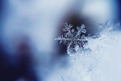 Warum sind Schneeflocken immer sechseckig und einzigartig